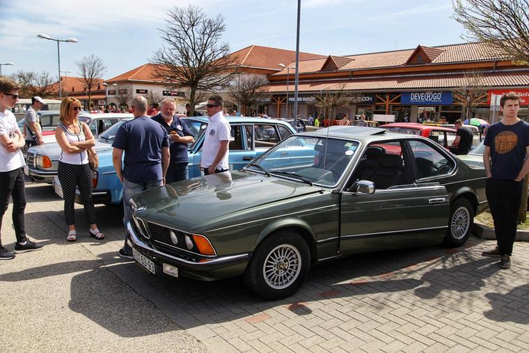 Jól megfér egymás mellett a BMW 635 egy Volvóval és egy Mercedesszel, bár a legtöbb sorban csoportokba verődve álltak a márka, illetve nemzettársak autói