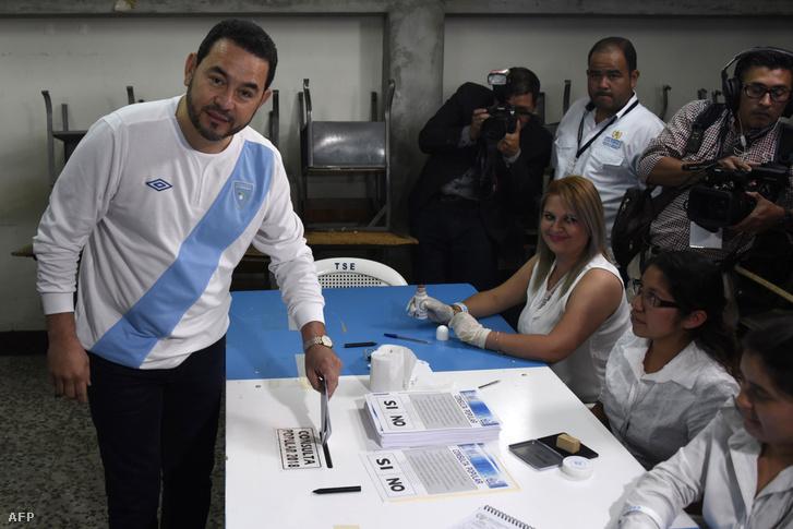 Jimmy Morales elnök leadja szavazatát