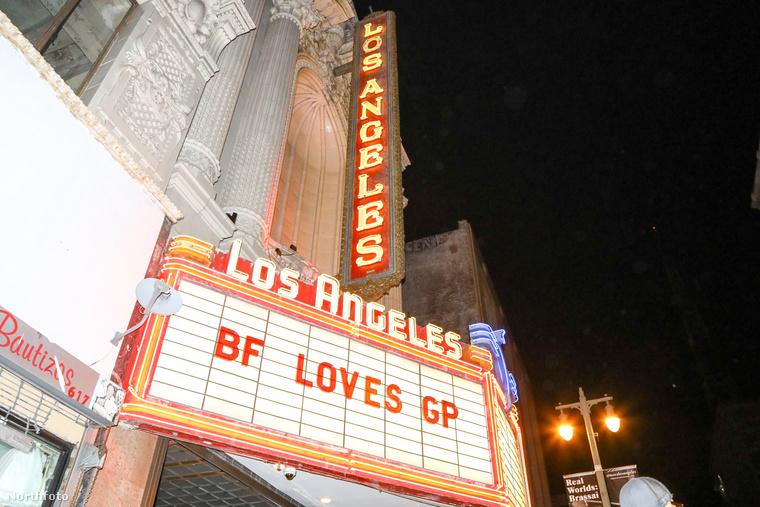 """Ha pedig valaki véletlenül nem tudta volna, milyen rendezvényre érkezett, a buli helyszínének bejárata felett elhelyezett felirat segítettet eligazodni, ezen ugyanis az volt olvashato, hogy: """"BF szereti GP-t"""", azaz Brad Falchuk szereti Gwyneth Paltrow-t, ha ez eddig nem lett volna világos mindenki számára."""
