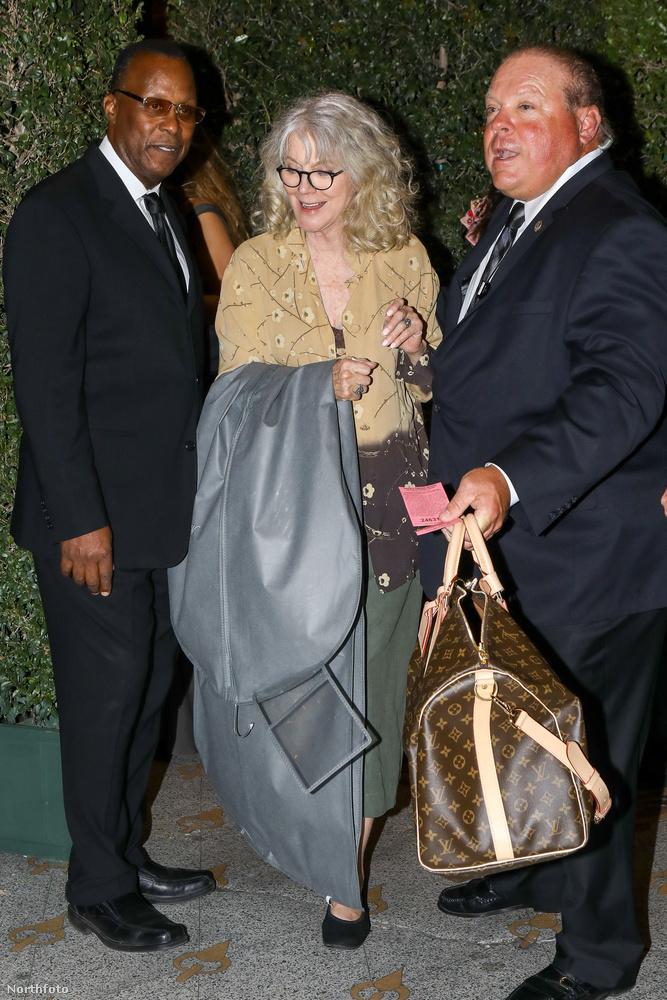 Ő pedig középen Blythe Danner, színésznő, aki egyébként Paltrow édesanyja