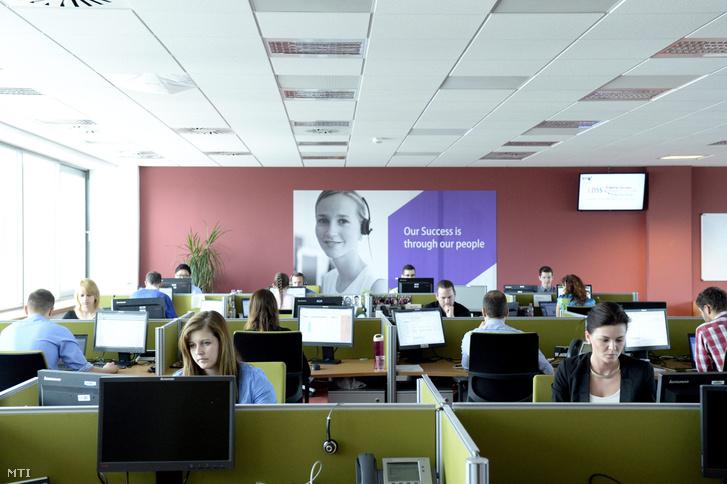 Munkatársak a British Telecom Magyarországon működő Európai Szolgáltató Központjában Budapesten 2014. május 9-én.
