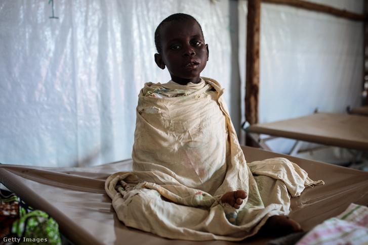 Egy maláriás kisfiú Ugandában, a Kyangwali menekülttáborban