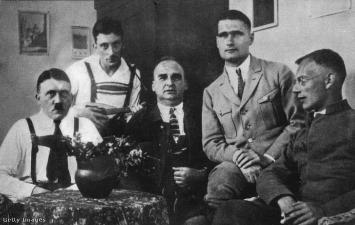 Rudolf Hess (j2), Hitlerrel annak landsbergi fogsága alatt. Közvetlenül ő indította el és később szűntette be az amerikai szervezetet a Friends of New Germanyt