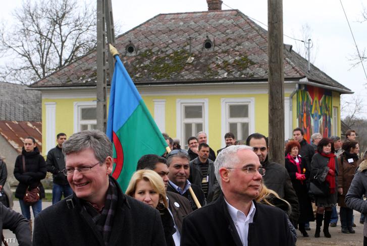 Andor László, az Európai Bizottság foglalkoztatási, szociális és társadalmi összetartozási ügyekben illetékes magyar tagja (b) és Balog Zoltán, az emberi erőforrások minisztere (j) a nemzetközi roma napon Bódvalenkén 2013. április 5-én.