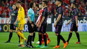 Az öltözőből jöttek vissza a csapatok a 11-esre a Bundesligában
