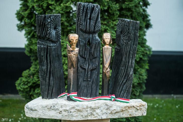 Szervátiusz Tibor Kossuth-díjas szobrászművész Tiszta forrásból című szobra az avatóünnepségen Kecskeméten, a Kodály Intézet előtti parkban 2016. május 5-én.