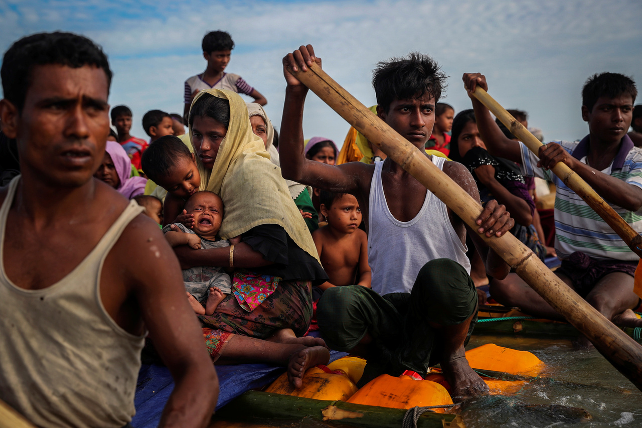 Rohingja menekültek kelnek át a Naf-folyón, hogy elérjenek Bangladesbe.