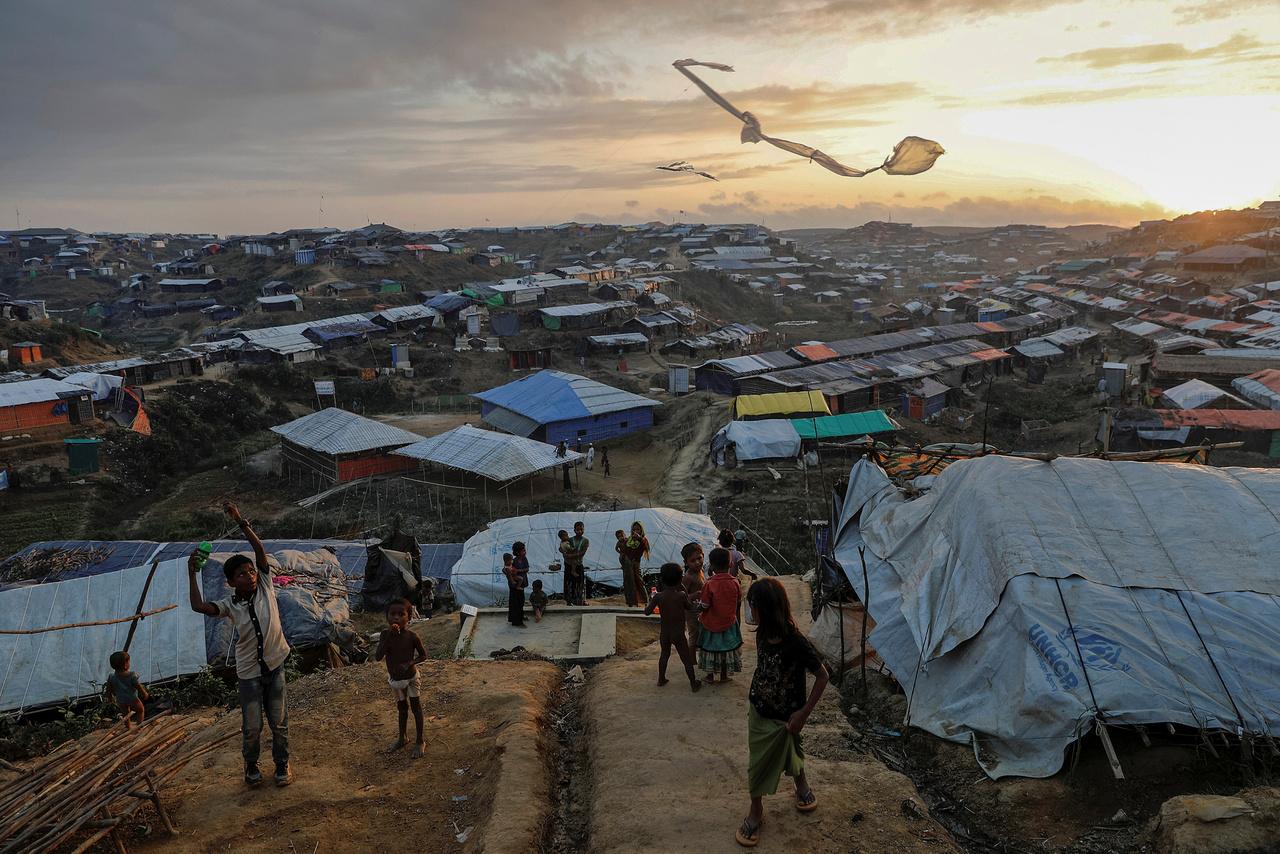 Sárkányeregetés a Kutupalong menekülttáborban, Banglades mellett.