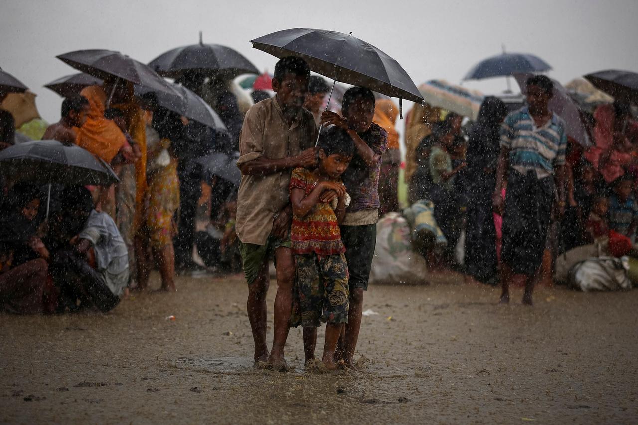 Bejutásra várakozó menekültek az esőben a bangladesi határon.