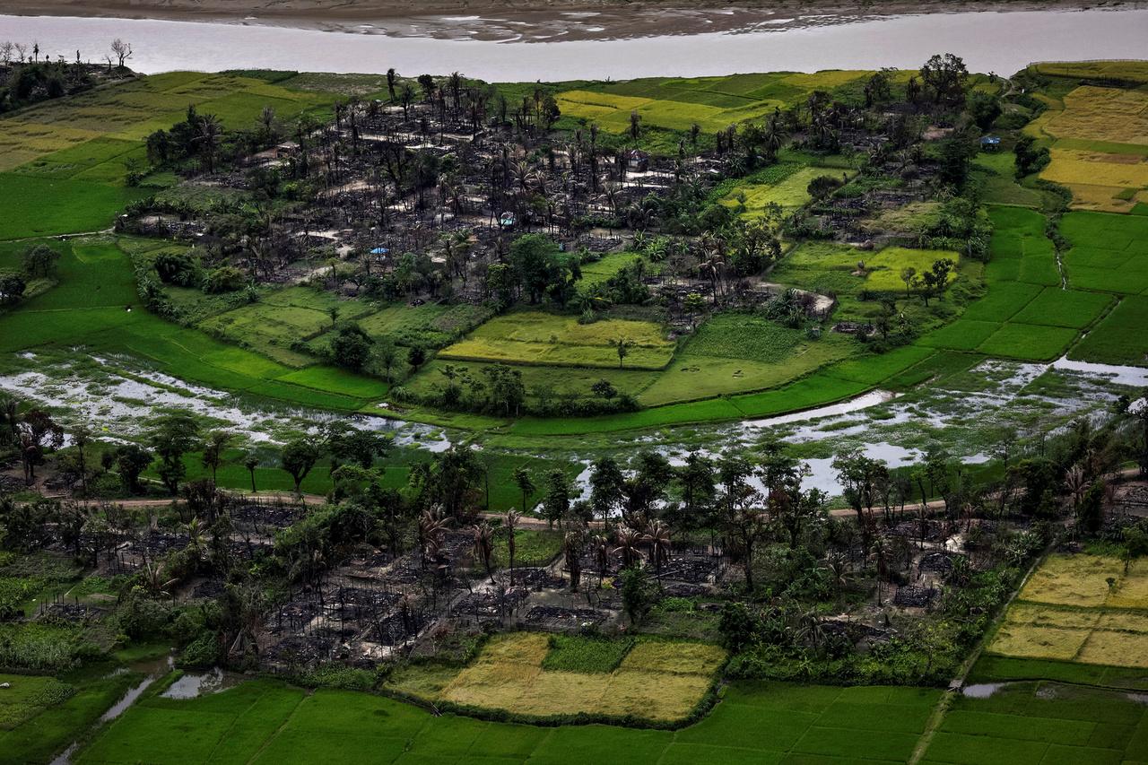 Egy felgyújtott rohingja falu maradványai Mianmar Rakhine tartományában.