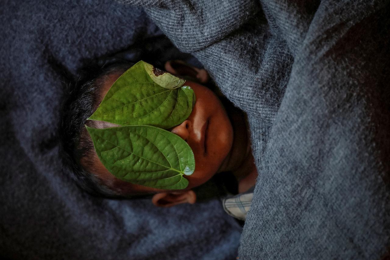 Levelekkel takarták le a 11 éves Abdul Aziz szemeit, aki a Balukhali menekülttáborban elkapott betegségébe halt bele. A fiúnak magas láza volt és csúnyán köhögött.