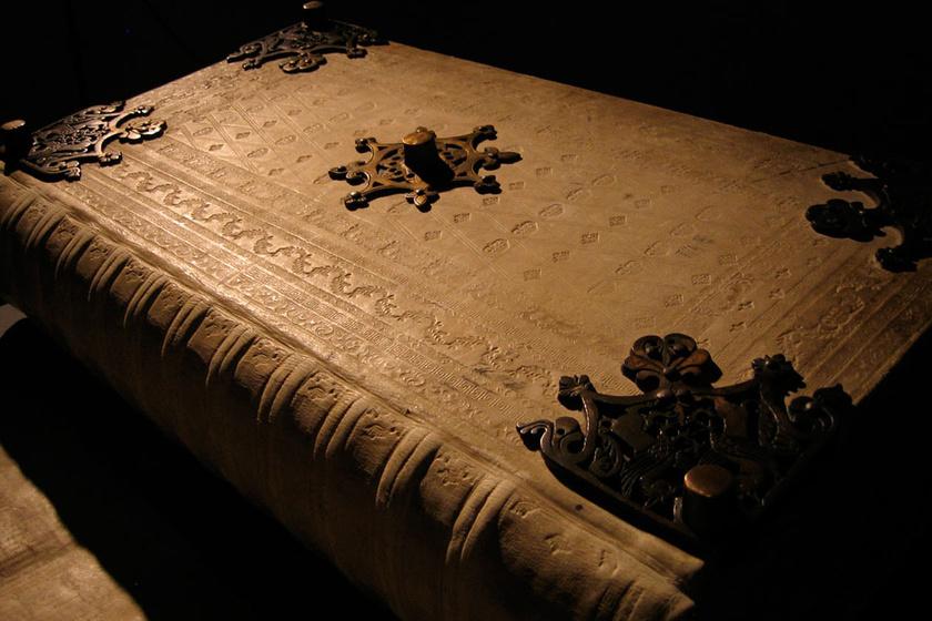 40 évig készülhetett, lapjaihoz 160 szamár bőrét használták fel: mit rejt a kódexóriás?