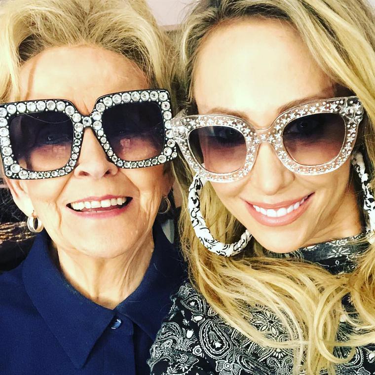 Ha pedig már anya-lánya képek, akkor a végére álljon itt egy fotó a saját édesanyja társaságában, vagyis Milye Cyrus nagymamájával