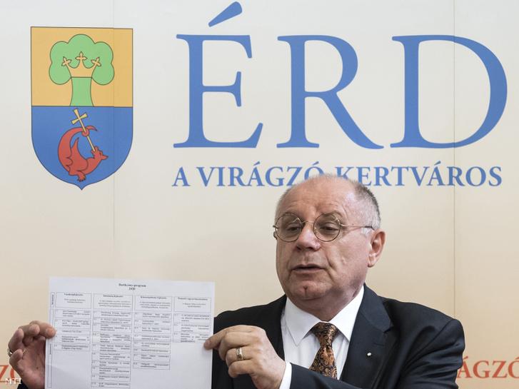 T. Mészáros András polgármester a Modern városok program keretében megvalósuló fejlesztésekrõl tartott sajtótájékoztatón