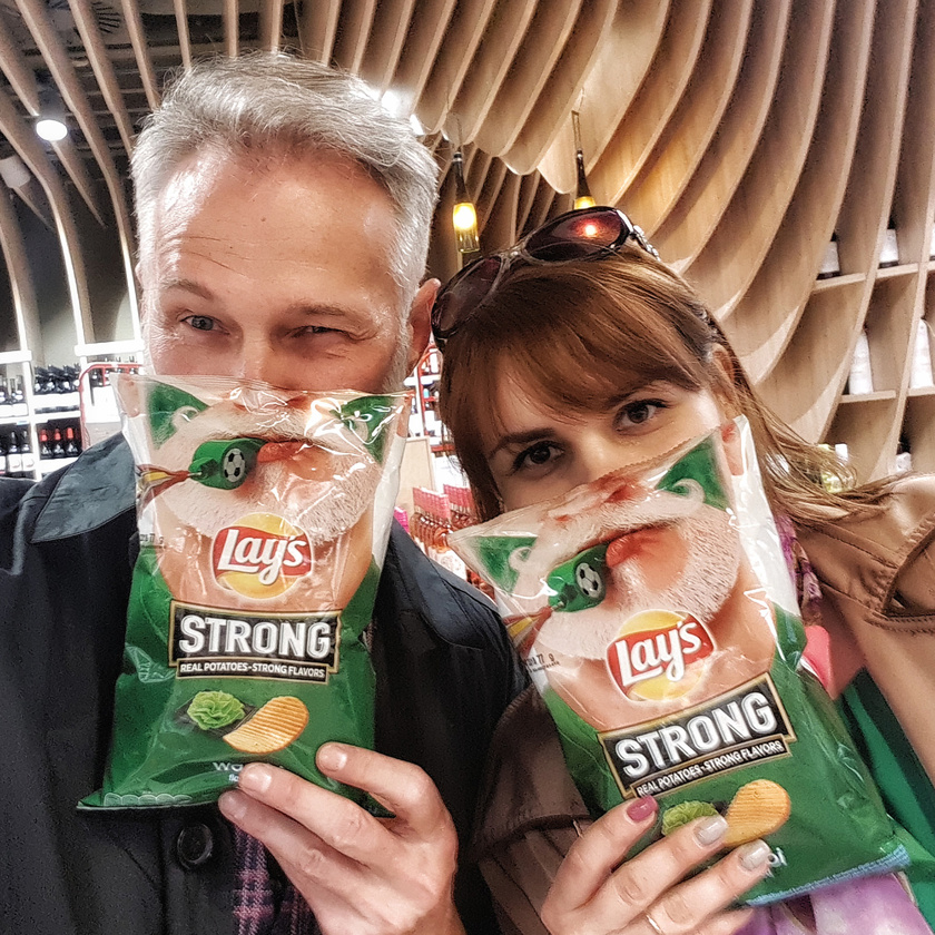 Milán arca a magyar üzletekben a wasabi ízű chips-en látható, más országokban a hagymaízű Lay's csomagolására került rá.