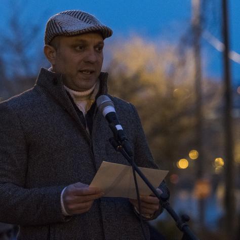 Hidvégi Balogh Attila, a RomNet főszerkesztője beszédet mond a tatárszentgyörgyi gyilkosság kilencedik évfordulóján tartott megemlékezésen, amelyet a Fővárosi Roma Önkormányzat és az Ide tartozunk egyesület rendezett Budapesten, a Jászai Mari téren 2018. február 23-án.