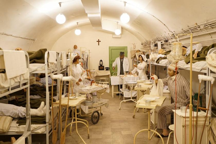 A Sziklakórház Atombunker Múzeum a budai vár alatt található. A kórház fontos szerepet töltött be a második világháborúban és az 1956-os forradalomban, a hidegháború alatt pedig atombunkerré építették. A látogatók felejthetetlen, megrázó, egyben páratlan élményekkel gazdagodhatnak.