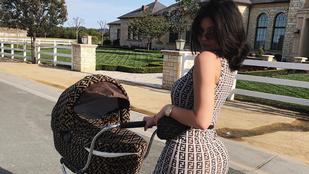 Divathírek: Luxus babakocsit tologat Kylie Jenner