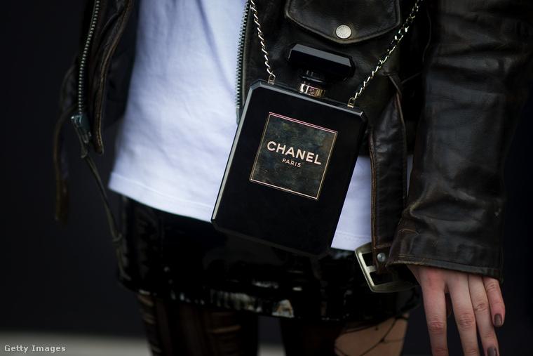 """A világ egyik legismertebb parfümje, a Numero 5-ös sem úszta meg a """"táskásítást""""."""