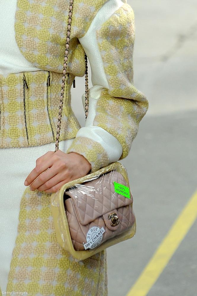 Szupermarketes hústálcába épített steppelt táska a Chanel 2014-es bemutatóján.