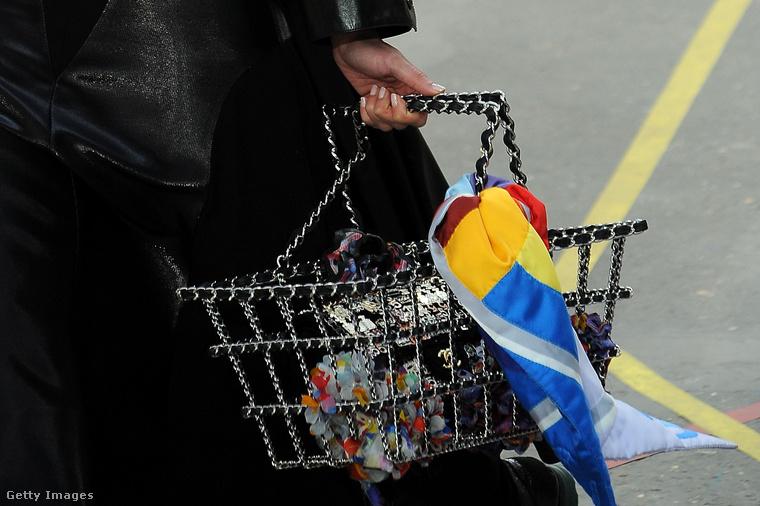 A láncokkal díszített bevásárlókosár táska láttán sokaknak tátva maradt a szájuk 2014-ben.