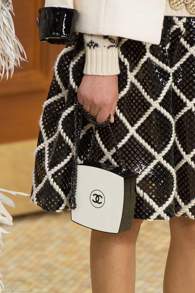 Kompakt fekete-fehér ékszertáska a Chanel 2015-ös bemutatóján a párizsi Grand Palais-ban.