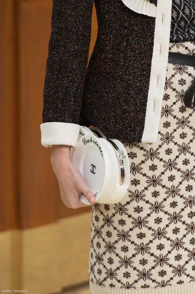 Gabrielle (Coco Chanelre utalva) feliratot kapott porcelán tányér ékszertáska 2015-ből.