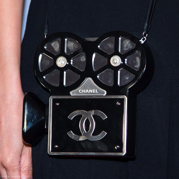 """A """"Retro"""" kamera táskával feltételezhetően a Cinecittá fénykorára kívánt utalni Lagerfeld a                          Chanel Métiers d'Arts római bemutatóján."""