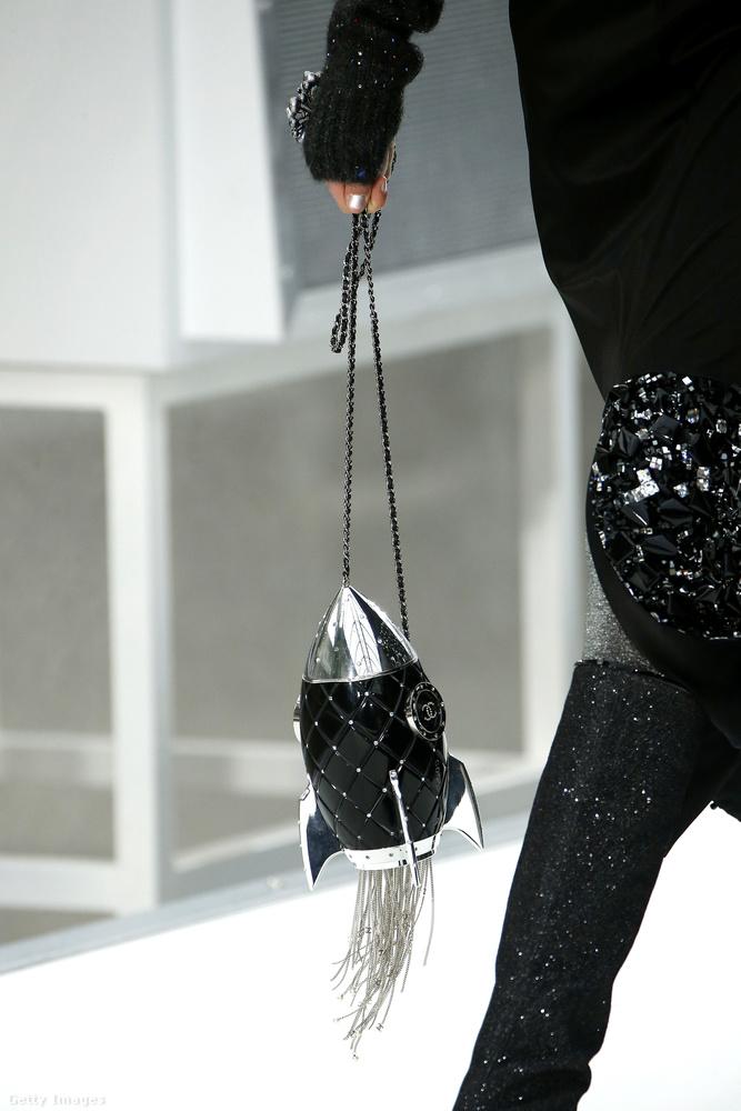 2017-ben a legtöbb divatházhoz hasonlóan a Chanel is kilőtt volna minket az űrbe, ezt például ezzel a rakéta formájú táskával tette nyilvánvalóvá Lagerfeld.