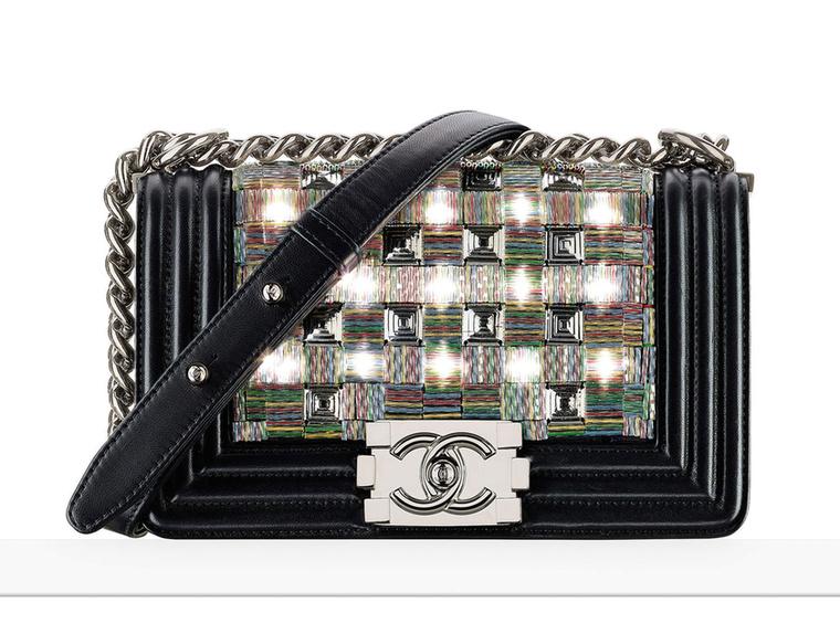 Lagerdeld szereti a technológia újdonságokat, mi sem bizonyítja ezt jobban, mint ez a LED-ekkel felszerelt táska 2017-ből.