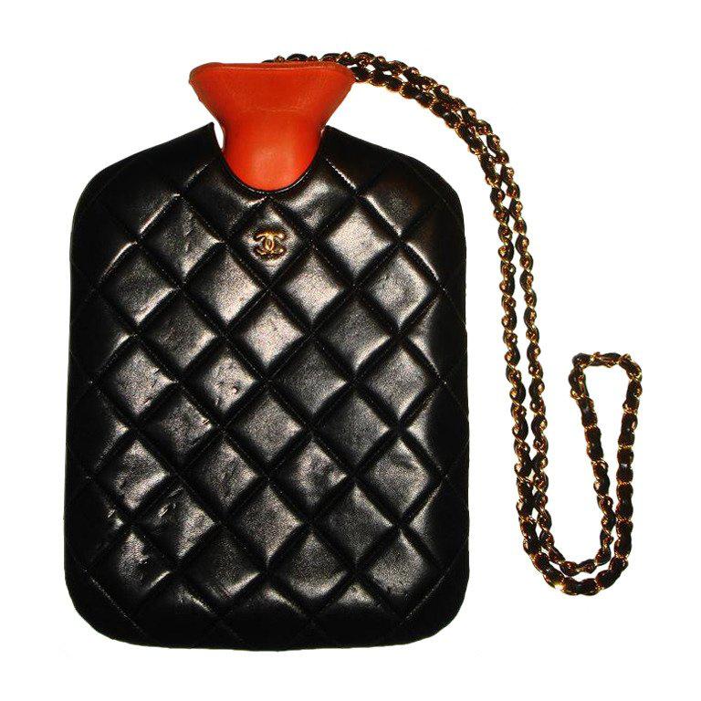 Hihetetlen, de ezért a láncra vert, steppelt termosz táskáért 2900 dollárt, nagyjából 726 ezer forintot kérnek az Ebayen.