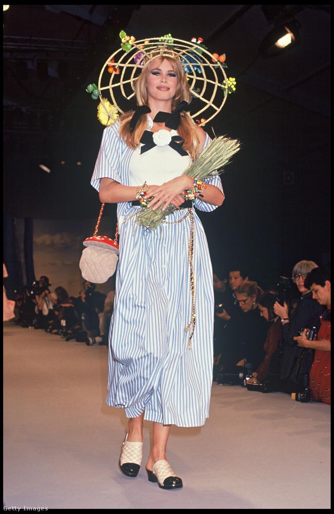 Kicsit hippisre sikerült ezt a mérgesgomba formájú kistáska, amit Claudia Schiffer mutatott be 1992-ben.