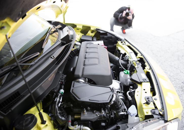 Fun fact: a háttérben a Suzuki fotósa azt fényképezi, hogy én a motort fényképezem
