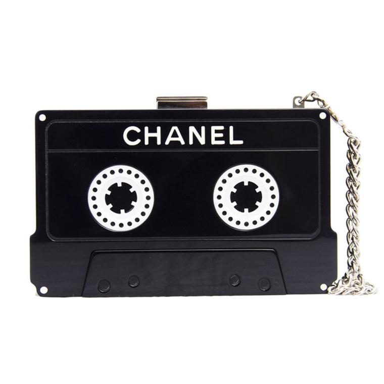 Nagyot szólt 2004-ben ez a magnókazetta táska is, talán egyszer a háttérbe szorult CD-kkel is kezd majd valamit a Chanel.