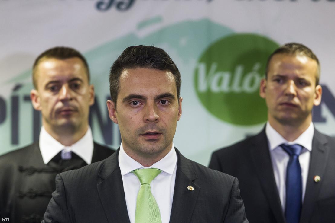 Vona Gábor a párt tisztújító kongresszusa után tartott sajtótájékoztatón a Budapest Kongresszusi Központban 2016. május 29-én. Mögötte Sneider Tamás és Toroczkai László megválasztott alelnökök.