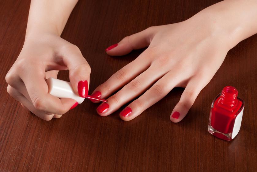 Egy hétig is megmarad a lakk, ha így fested a körmöd: nem lesz csíkos