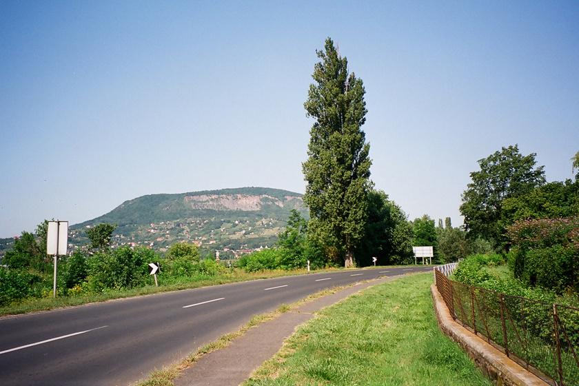 A Badacsony többféle, különböző hosszúságú, jól kiépített körön is megkerülhető, ami belefér a 30 kilométerbe. Útközben Badacsonytördemic, Ábrahámhegy, Badacsonytomaj és a Folly Arborétum szépségében is gyönyörködhetsz.