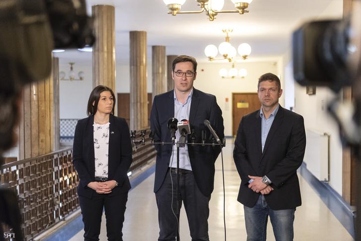 Tóth Bertalan, az MSZP-Párbeszéd frakciószövetség vezetője (j), Karácsony Gergely, a Párbeszéd társelnöke (k) és Bősz Anett, Magyar Liberális Párt ügyvivője az MSZP-Párbeszéd megválasztott országgyűlési képviselőiének tanácskozása után tartott sajtótájékoztatón a Képviselői Irodaházban 2018. április 18-án.