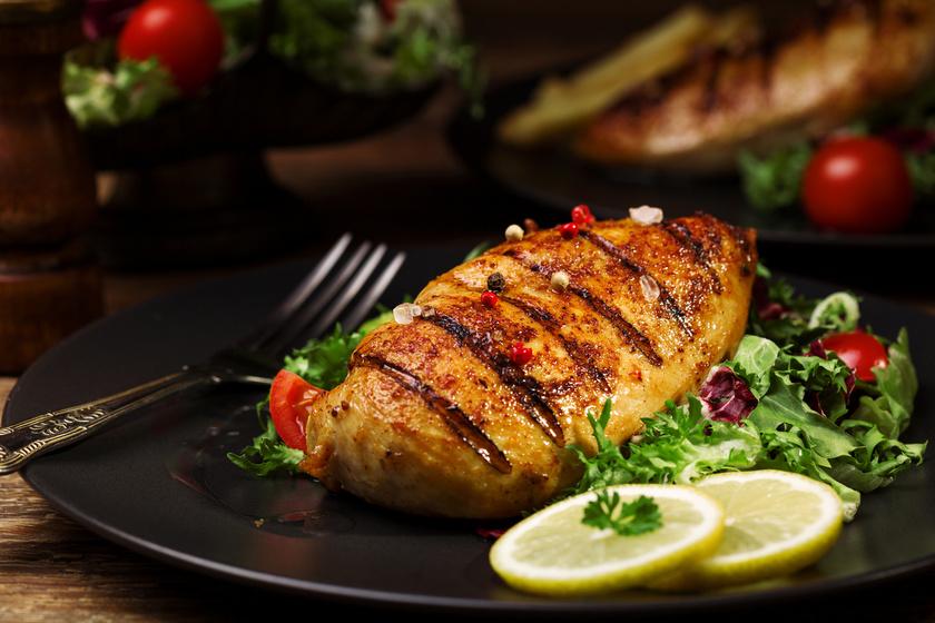 Grillezett, pácolt csirkemell: a házi fűszerkeverékkel szaftos marad