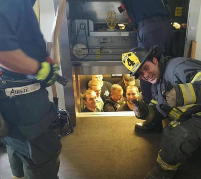 """""""Hát, ezt jól megszívtátok, fiúk!"""" - mondta a tűzoltóparancsnok a liftben ragadt rendőröknek."""
