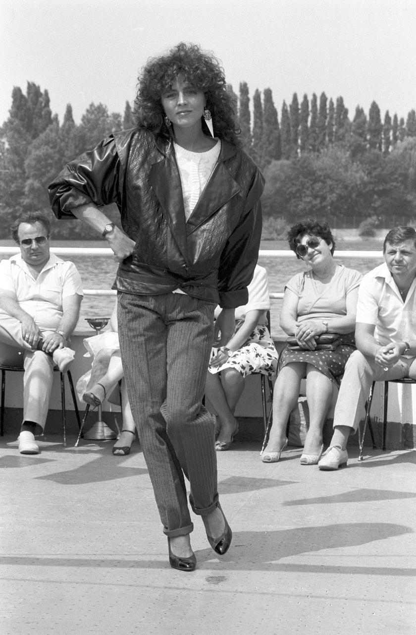 Kristyán Judit 1987-ben a Skála őszi-téli és tavaszi ruhamodell-kínálatának divatbemutatóján.