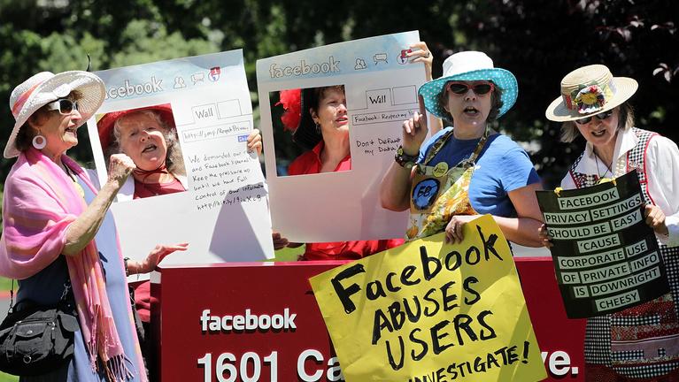 Fél, hogy a Facebook mindent tud magáról? Igaza van, de most végre tehet valamit