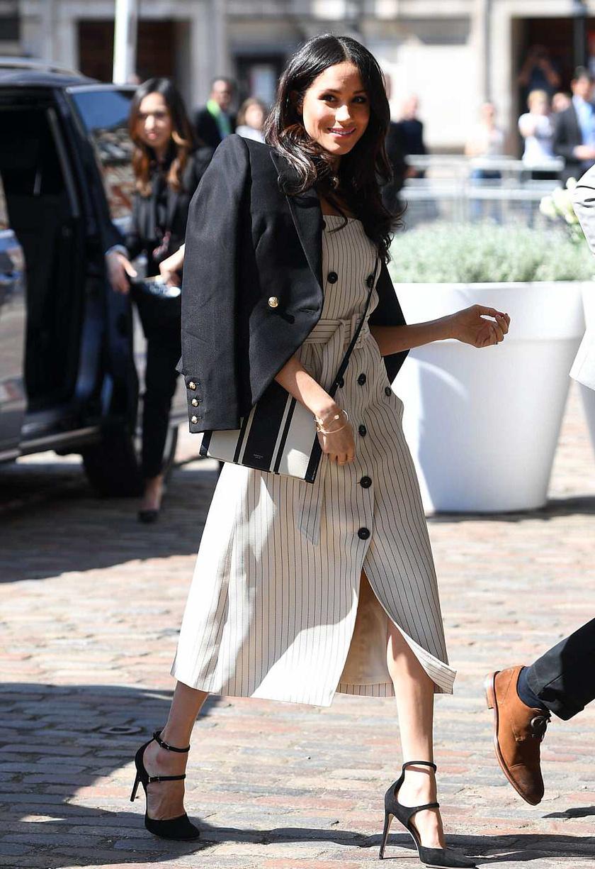 A Kardashian lányok hozták divatba ezt a laza, blézeres lookot, ami Meghannek is remekül áll.