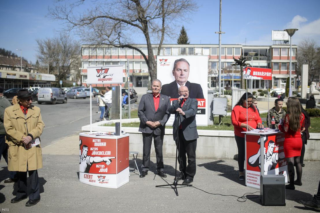 Nagy Attila, a Munkáspárt országgyűlési képviselőjelöltje (középen j) mellette Thürmer Gyula pártelnök sajtótájékoztatót tart Salgótarján főterén 2018. április 5-én.