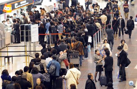 Tokyo, Haneda repülőtér - sorbanállás a jegyért