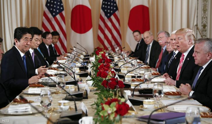 Abe Sindzó japán kormányfő (b) és Donald Trump amerikai elnök (j) munkaebéden vesz részt a floridai Palm Beach városban 2018. április 18-án.