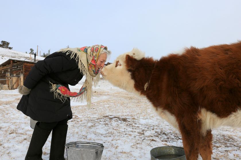 Egyedül él Szibéria közepén a 76 éves nagymama: boldogan korcsolyázik a tavon