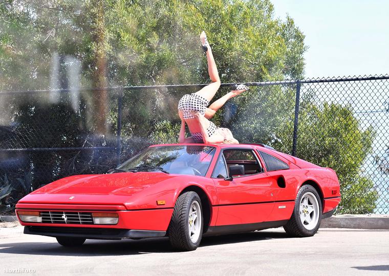 De mi van akkor, ha egy Ferrari tetején kell ultradögösködni néhány fotó kedvéért? Merthogy ez volt Elsa Hosk legutóbbi munkája, és noha sejtjük, mi volt itt az eredeti elképzelés, de a munkafolyamat sajnos sokkal inkább tűnik viccesnek, mint dögösnek
