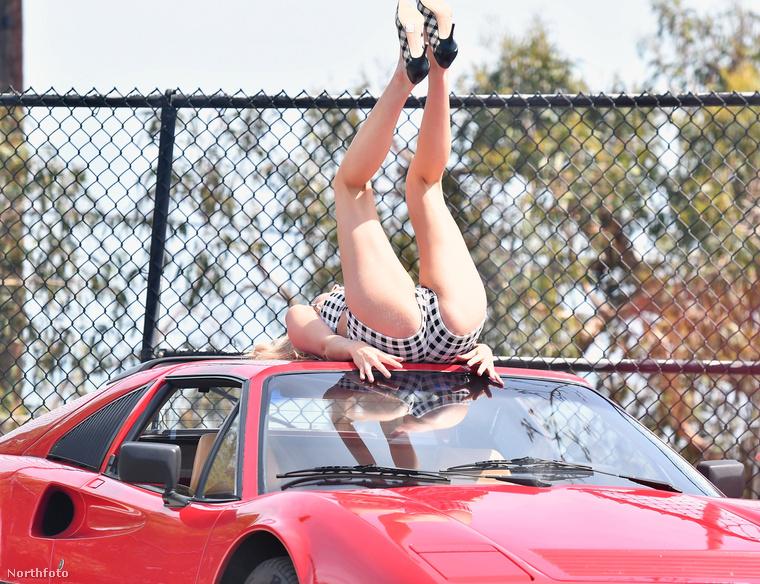 Képzelje el a helyzetet: a Ferrari kényelmetlenül kemény, süt a nap, meleg van, már majdnem ráolvad a fürdőruha az autóra, és mégsem jön össze az a nyomorult kép