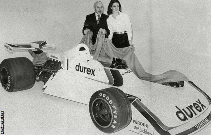 John Surtees csapatfőnök (nem mellesleg gyorsasági motoros és Formula–1-es világbajnok) bemutatja Alan Jones 1976-os autóját